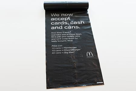 Greenwashing: mangi gratis da McDonald's se porti 10 lattine